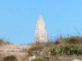 Diesen Stein haben Menschen der Megalith-Kultur vor tausenden von Jahren bearbeitet und aufgestellt. Er wurde in christlicher Zeit umgestuezt und spaeter wieder aufgerichtet.