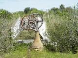 Das Patent fuer diesen Brunnentyp haben de Mauren erfunden. Ein Zugtier lief rundherum und bewegte die Raeder, die ihrerseits die Schoepfeimer zogen. Heute ist der Stand des Grundwassers weit unterhalb der Reichweite solcher Brunnen.